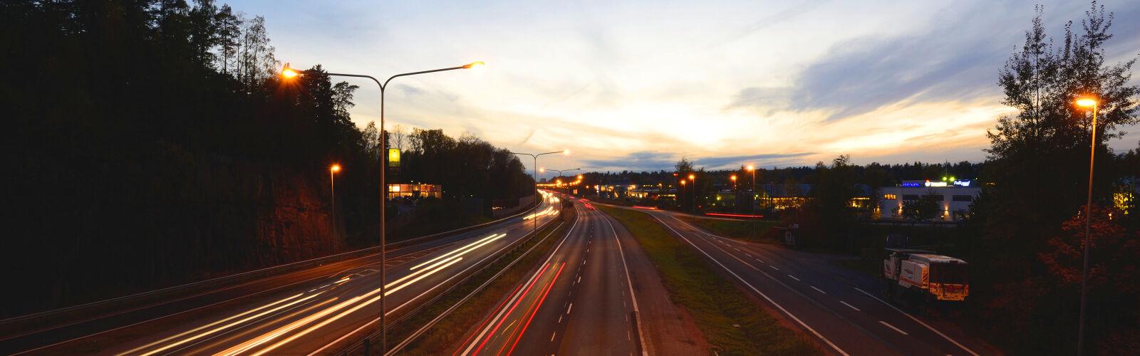 maantie ja liikennettä illalla